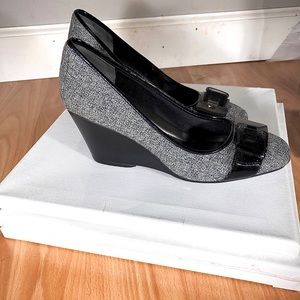 Wedge Bandolino Black and Grey Shoes size 8